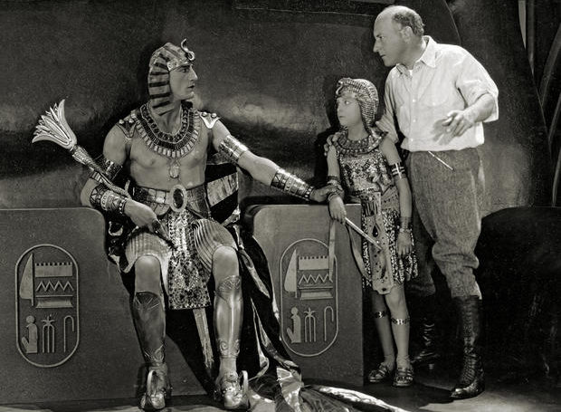 cecil-b-demille-on-set-ten-commandments-1923